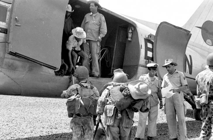 посадка парашютистов в самолет 1953.jpg