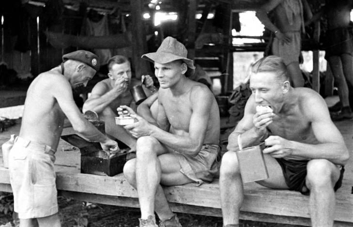 солдаты едят пайки 1953.jpg