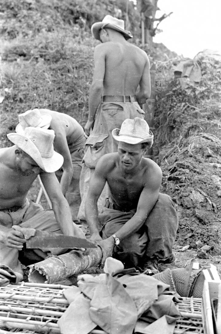 солдаты пилят трубу 1953.jpg