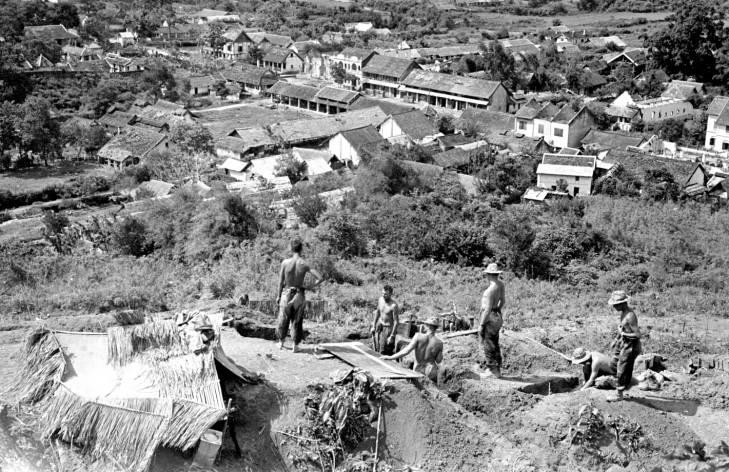 солдаты роют траншеи 1953 2.jpg