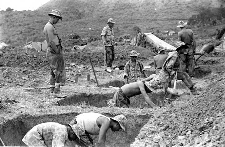 солдаты роют траншеи 1953.jpg