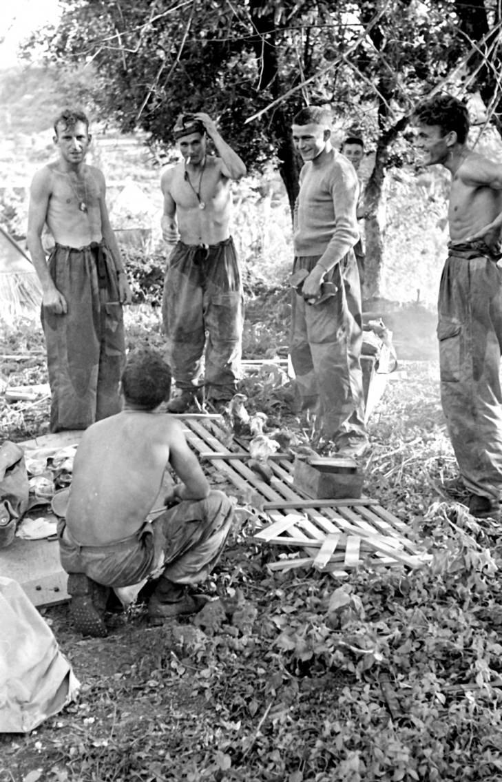 солдаты с пайками 1953.jpg