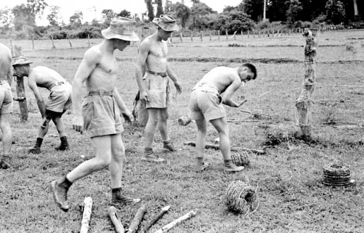 солдаты строят заграждение 1953.jpg