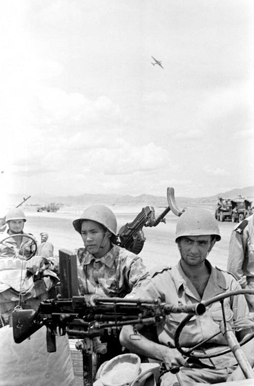 солдаты  самолет парашютисты 1953.jpg