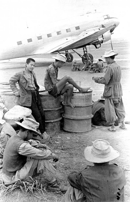 солдаты ожид вылета 1953 2.jpg
