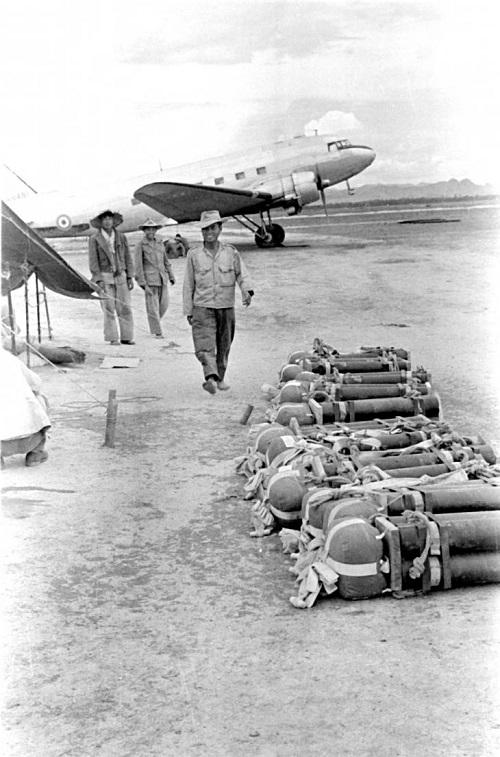 солдаты ожид вылета 1953.jpg