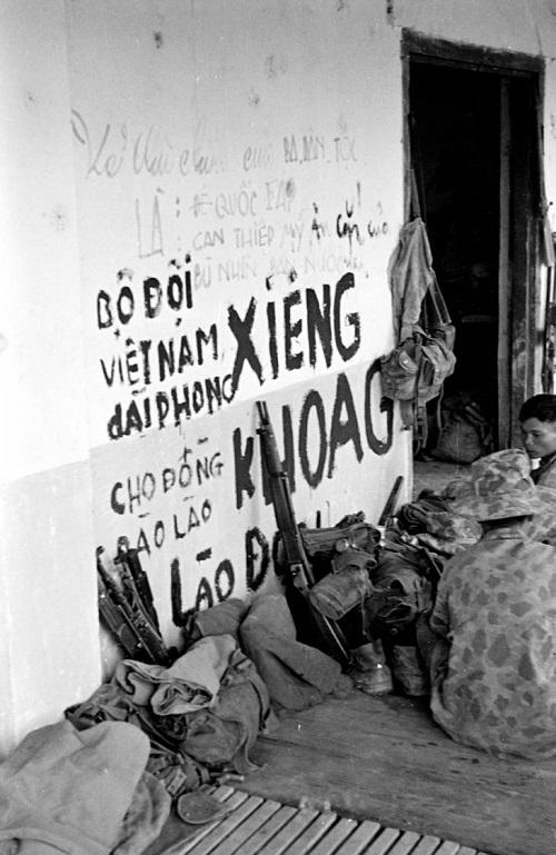 солдаты у графитти 1953 2.jpg