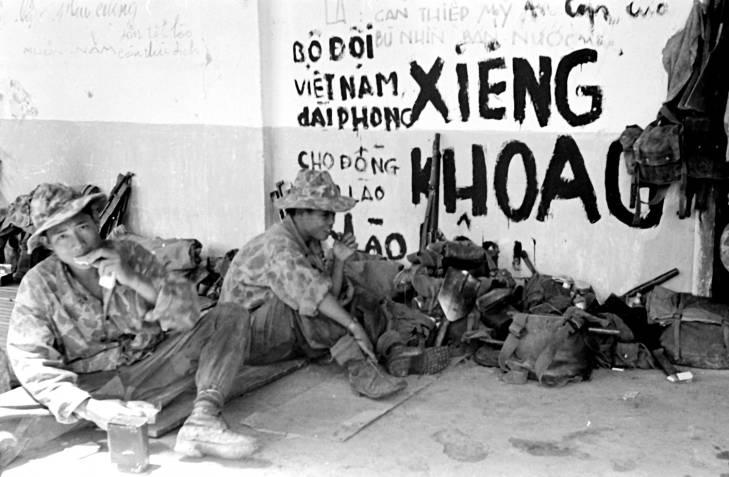солдаты у графитти 1953.jpg
