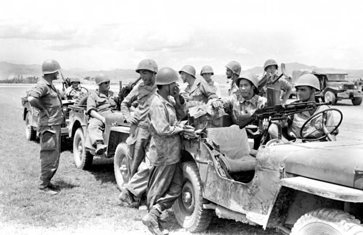 солдаты у джипа 1953.jpg
