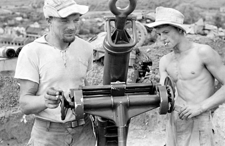 солдаты у миномета 1953.jpg