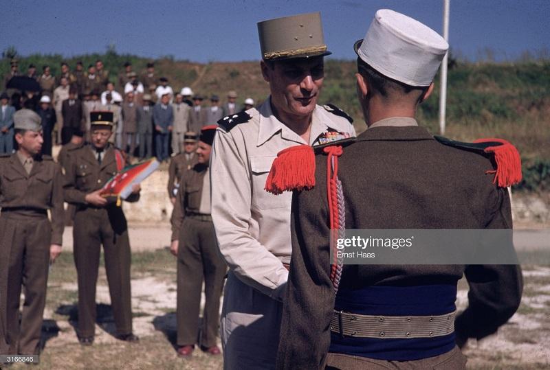 Награждение легионеров в Бао Нин 1956 Эрнст Хаас.jpg