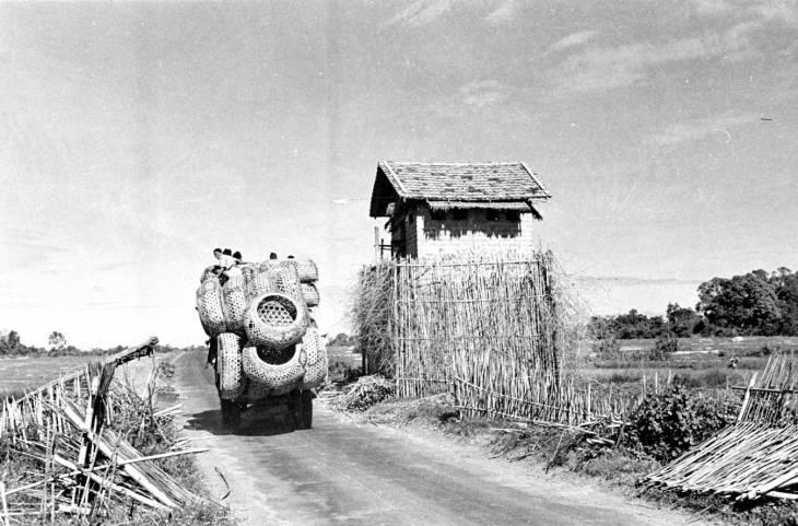 грузовик с карзинами у стор башне в Тай Нинхе 1950.jpg
