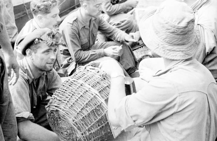 спецназ разливают напитки 1950.jpg