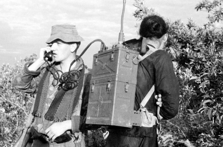 Феликс Мевель с пленным и рацией 1950.jpg
