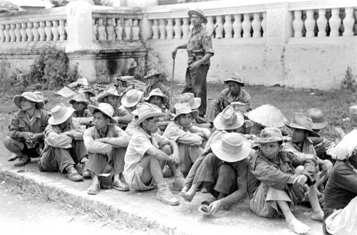 Легионер наблюдает за пленными 1950.jpg