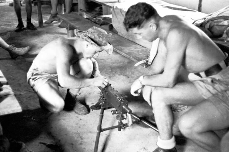 Нем легионеры собирают оружие в казарме 1950.jpg