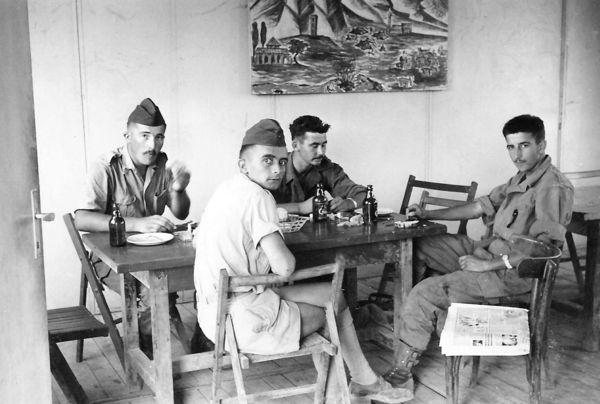 Завтрак в столовой авг 1960 су лейт Мэр и сержанты.jpg