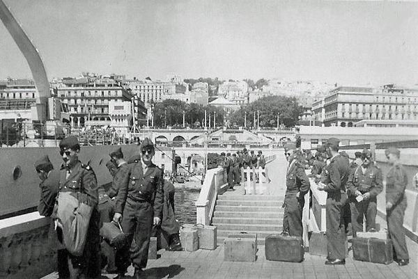 Город Алжир Зуавы в увольнении 1 мая 1959.jpg