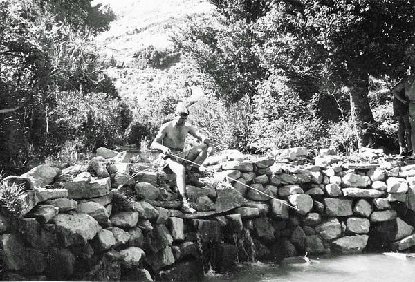 сержант Годиньон удит рыбу на антену для рации Scr 300.jpg