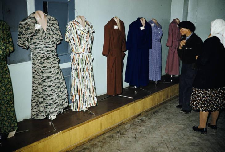 Москва в магазине гот платья.jpg