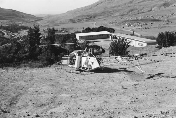 Вертолет и школа в Бишаре 1959.jpg
