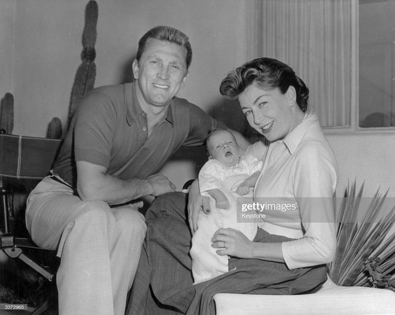 дуглас в 1963 с женой и сыном Питером Винсентом.jpg