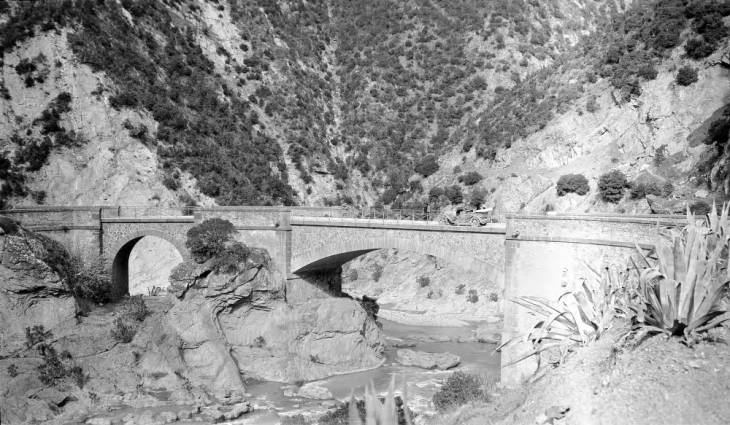 Машина на мосту в горах Атласа.jpg