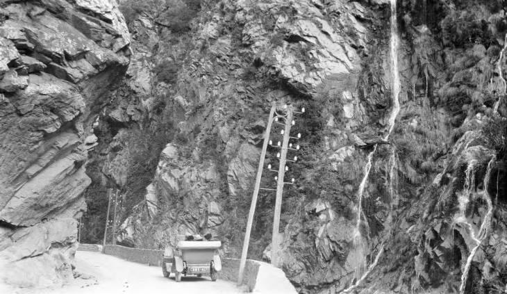 Машина на мосту в горах Атласа2.jpg