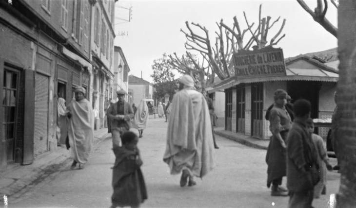 пешеходы на улицах Эль Булаиды.jpg