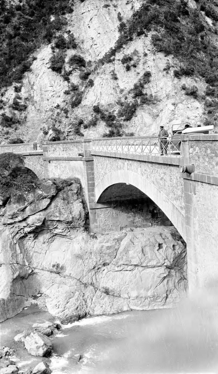 Человек на мосту в горах Атласа.jpg