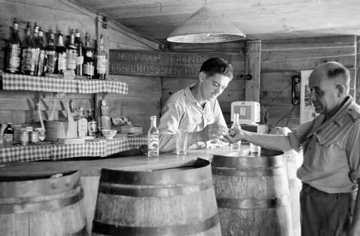 бармен обслуживает фицера.jpg