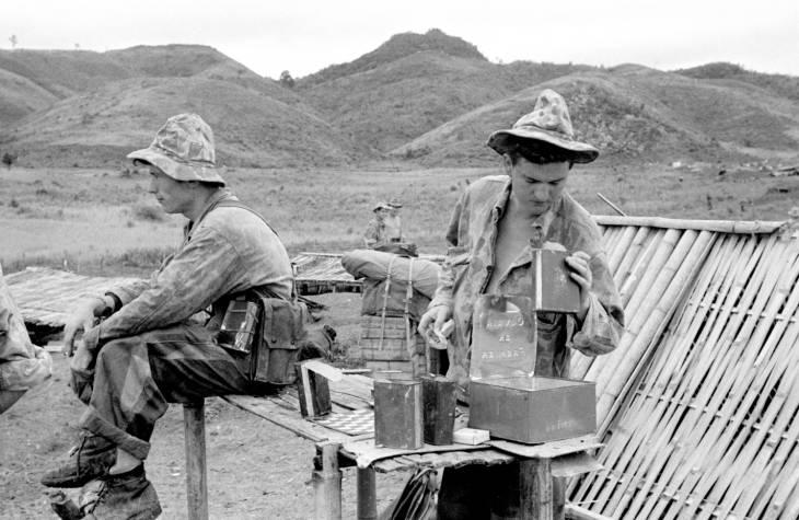 солдат смотрит на консервы.jpg