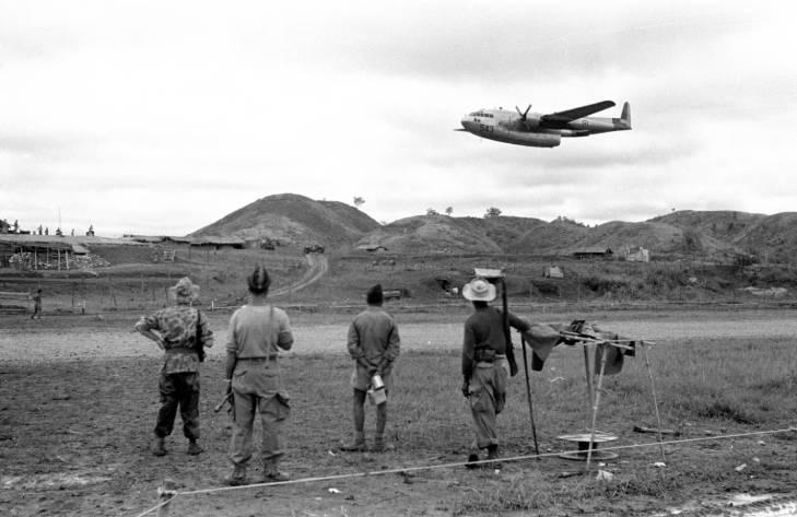 солдаты смотрят на самолет.jpg