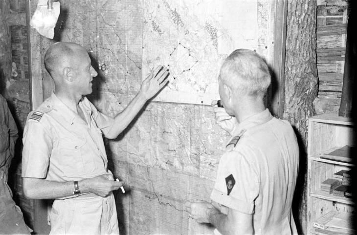 офицеры смотрят на карту.jpg