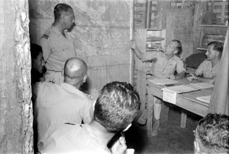 офицеры смотрят на карту5.jpg