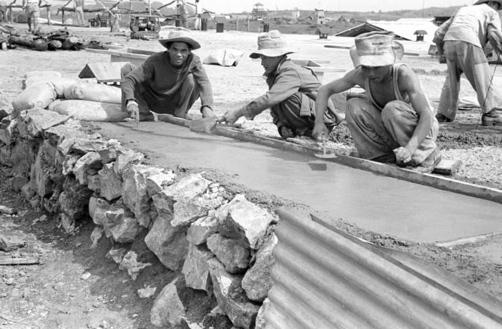 вьетн солдаты разравнивают бетон.jpg