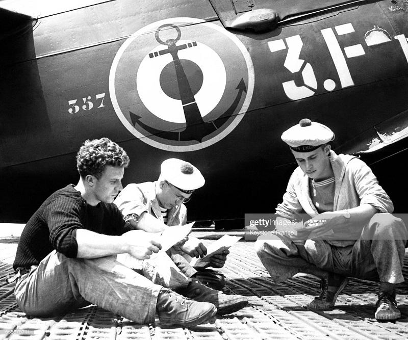 солдаты читают письма у самолета лет в ДБФ 31 марта 1954.jpg