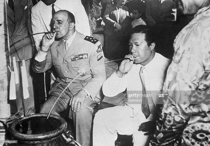Латтр де и Бао Даи пьют 7 мая 1954 дата неверна.jpg