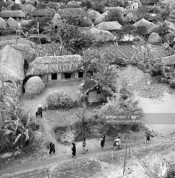 Деревня и солдаты 1951 Ж-Ф Шарбоннье.jpg