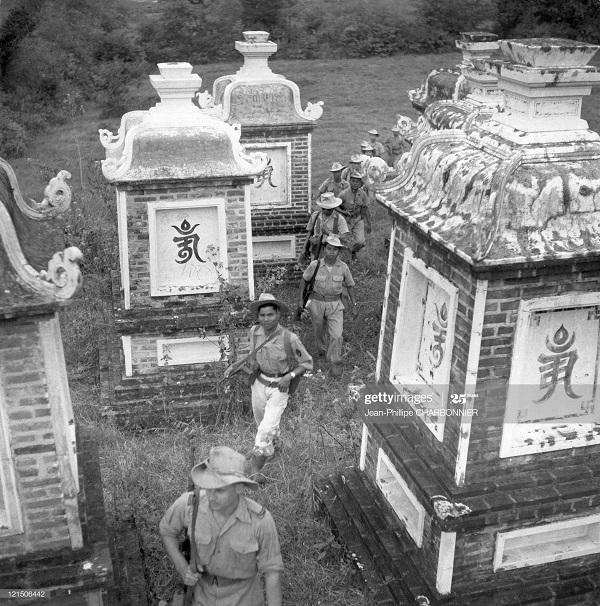 Патруль лейт Превиля возвр через кладбище янв 1951 Ж Ф Шарбоннье.jpg