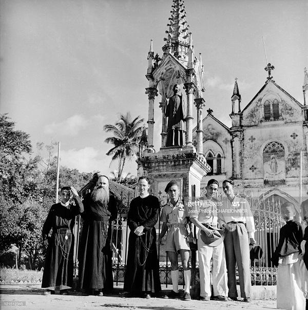 Священники 1953 Ж-Ф Шарбоннье.jpg