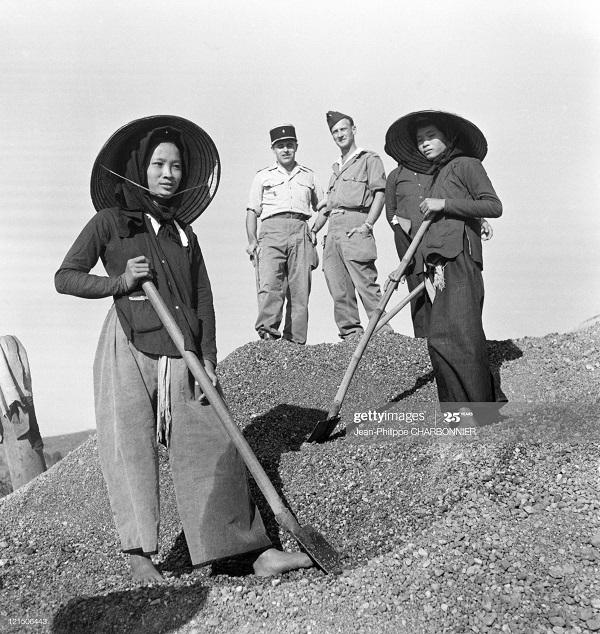 Солдаты и женщины 1951 Ж-Ф Шарбоннье.jpg