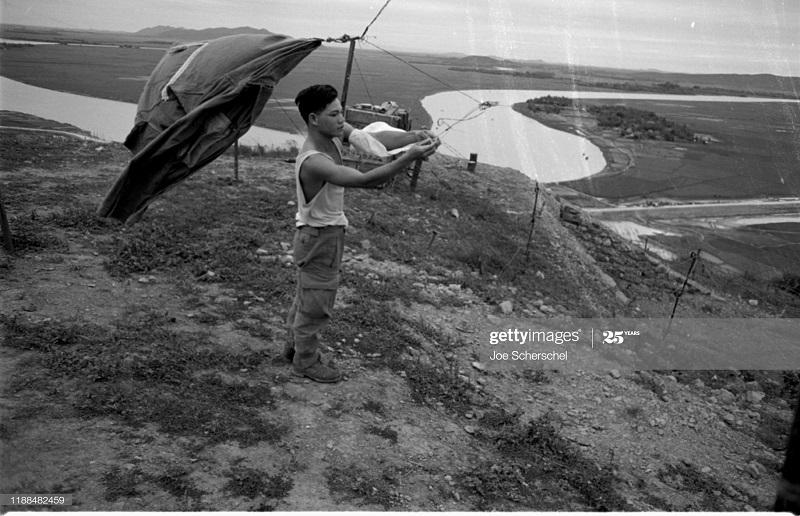 Солдаты и пост 1954 Джозеф Шершель 3 прив веревку.jpg