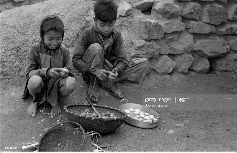Солдаты и пост 1954 Джозеф Шершель 5 дети чистят овощи.jpg