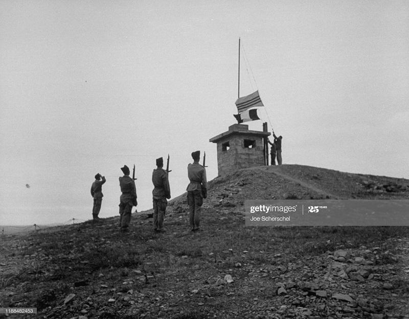 Солдаты и пост 1954 Джозеф Шершель 8 подн флага.jpg