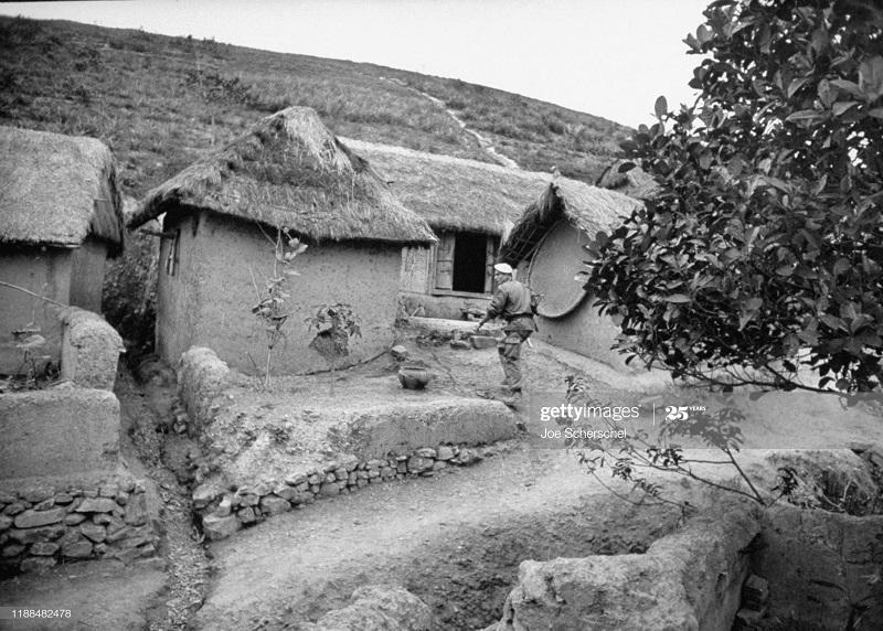 Солдаты и пост 1954 Джозеф Шершель 9 у дома.jpg