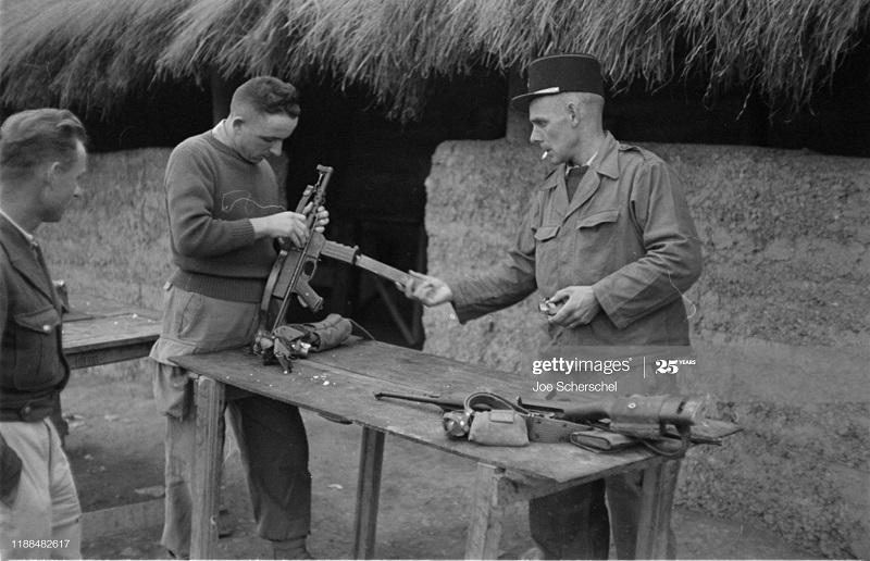 Солдаты и пост 1954 Джозеф Шершель 14 собирает винтовку.jpg