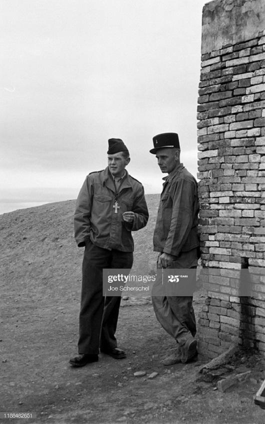 Солдаты и пост 1954 Джозеф Шершель 20 у стены.jpg