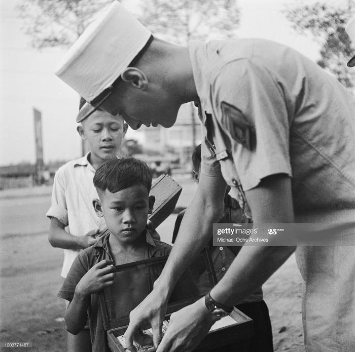 Легионер и продавец жвачки 1950 Майкл окс.jpg