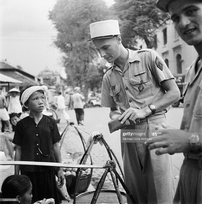 Легионер на улице 1950 майкл Окс.jpg